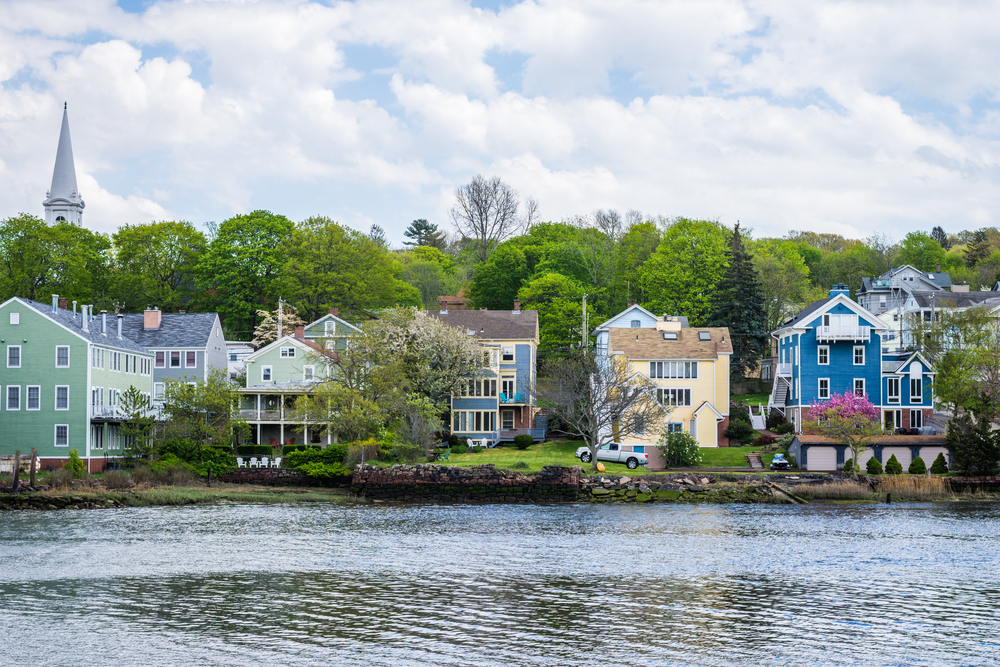 Houses on the riverbank in New Haven